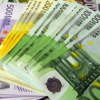 100, 200 ja 500 euron seteleitä.