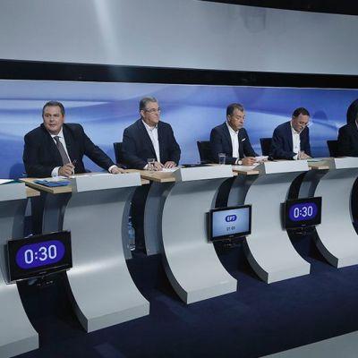 Poliitikkoja tv-studiossa.