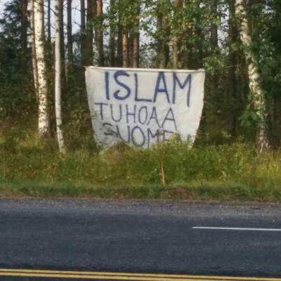 """Valtatien varressa banderolli, jossa lukee """"Islam tuhoaa Suomen"""""""