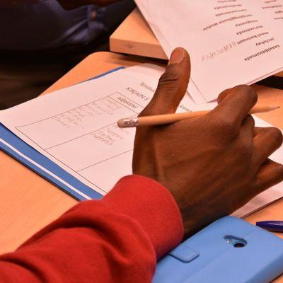 Maahanmuuttaja tekemässä peruskoulutehtäviä.