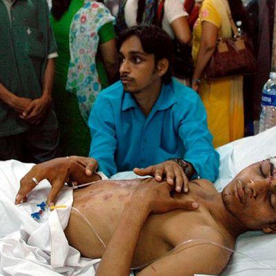 Louttaantunut mies sairaalapedissä.