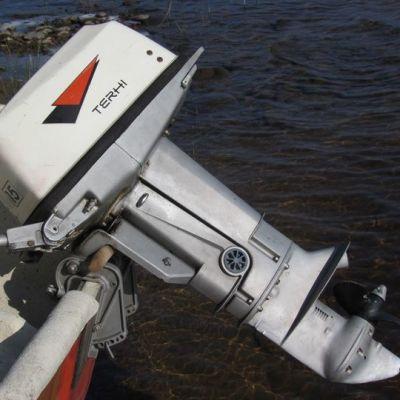 Terhi-perämoottori veneen perässä
