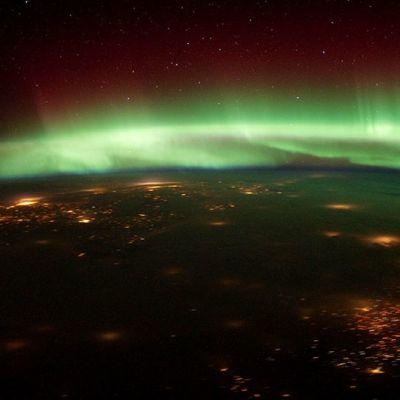 Revontulia maapallon yläpuolella kuvattuna kansainväliseltä avaruusasemalta.