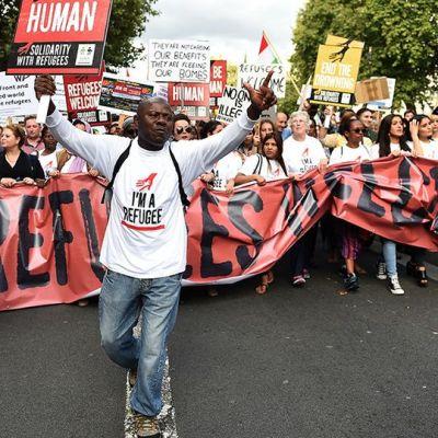 Mielenosoittajat marssivat Lontoosssa.