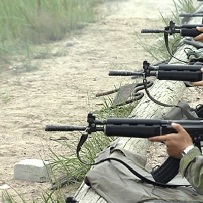 Varusmiehiä ampumaharjoituksissa kuulosuojaimet korvilla.
