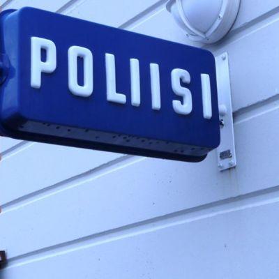 Poliisilaitoksen kyltti.