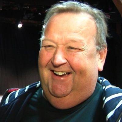 Mikko Kivinen nauraa.