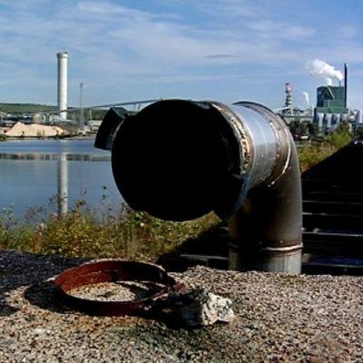 Vesi kulkee tehtaalta vedenpuhdistamolle Metsä Fibren Äänekosken tehtaalla.
