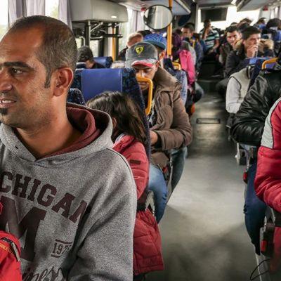 Turvapaikanhakijoita bussimatkalla Haaparannan kautta Tornioon.