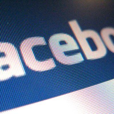 Facebookin logo tietokoneen ruudulla