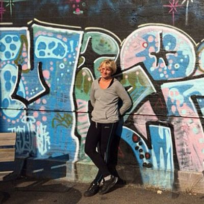 Anne Ovaska graffitin edessä