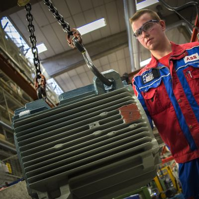 ABB korvaa käsityötä roboteilla Vaasan moottritehtaalla
