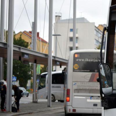 Busseja Mikkelin matkakeskuksella.