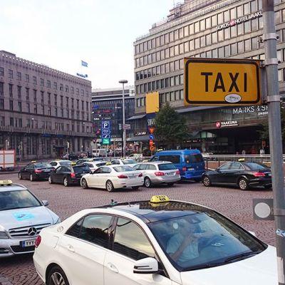 Kuva taksitolpalta Helsingin Elielinaukiolta 18. syyskuuta 2015.