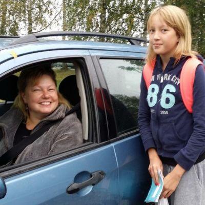 Kirsi Jylhä-Lipsanen toi tyttärensä Nean kouluun perjantaiaamuna.