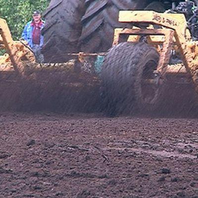 Traktori nostaa turvetta suosta.