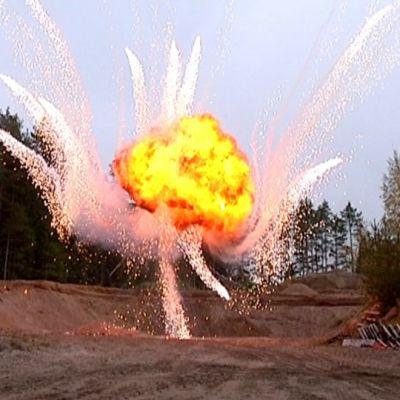 Bensapommi räjähtää ilmaan.