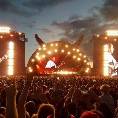 AC/DC soittaa värivaslojen loisteessa ja videonäytöillä tummenevassa yössä