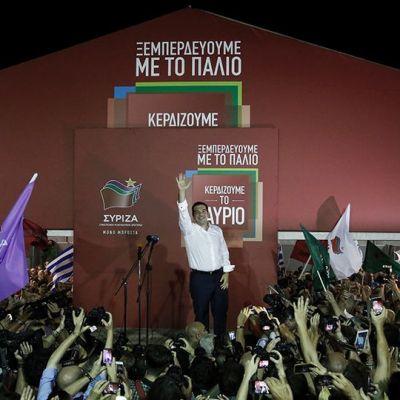 Alexis Tsipars juhlii kannattajiensa kanssa Ateenassa sunnuntaina.