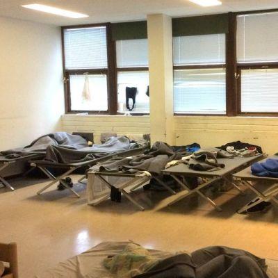 telttasänkyjä luokkahuoneessa