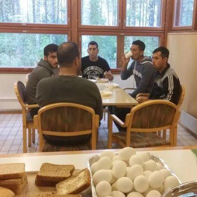 Miehet syövät aamupalaa Suolahden hätämäjoituspisteessä.