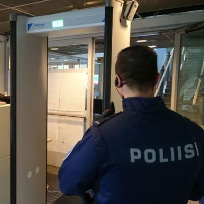 läpivalaisulaitos Vaasan poliisilaitoksen eteisessä