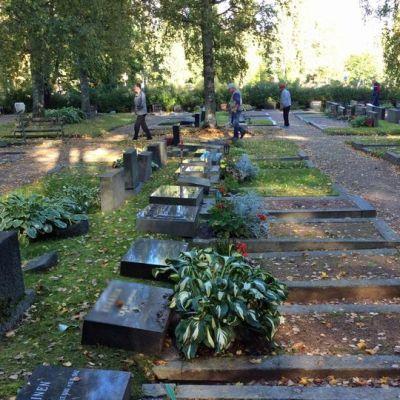 Kaatuneita hautakiviä Helilän hautausmaalla Kotkassa