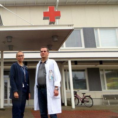 Länsi-Pohjan keskussairaalan akuuttiklinikan ylilääkäri Tapio Åman ja osastonhoitaja Sanna Kallankari