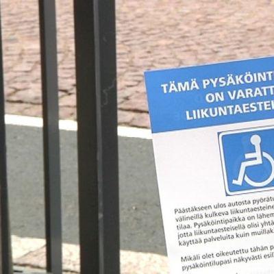 Tekeekö inva-kortilla mitään Kivisydän -kallioparkissa, vammaisautoilijat ihmettelevät.
