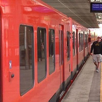 Ihmisiä Kalasataman metroasemalla