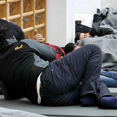 Turvapaikanhakijoita järjestelykeskuksessa Torniossa.