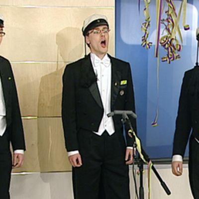 Polyteknikkojen kuorolaiset laulavat Aamu-tv:n studiossa