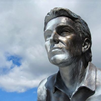 Jari Litmasen töhritty patsas lähikuvassa.