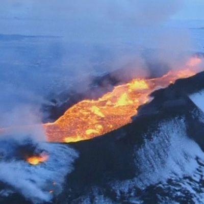 Bardarbunga-tulivuoren kraatteri Holuhraunin laavakentällä.