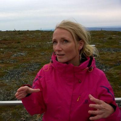 Ilmatieteen laitoksen tutkija Eija Asmi Sammaltunturilla