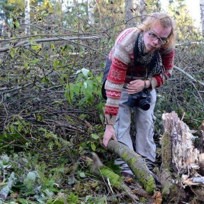 Martti Rajamäki esittelemässä paikkaa,  jossa harjasorakas kasvoi