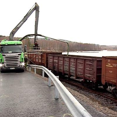 Kivihiilivaunua tyhjennetään Jyväskylän Energian Keljonlahden voimalaitoksella.