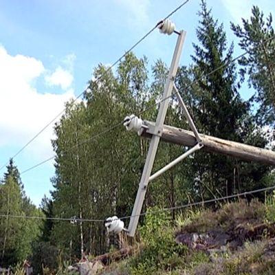 Myrsky kaatoi myös sähkölinjoja.