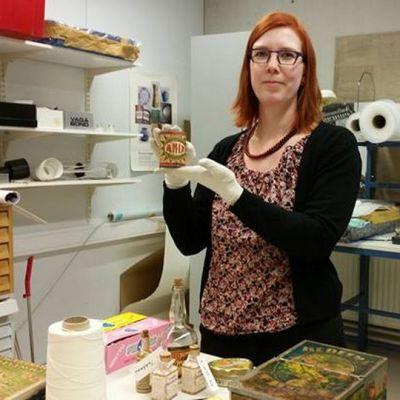 Pohjois-Pohjanmaan museon kokoelma-amanuenssi Jonna Mölläri valmistelee makeistehdas Merijaliin liittyvää näyttelyä.