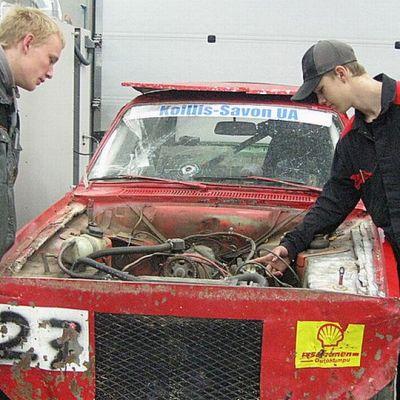 Ammattiopisto Outokummun  opiskelijat Onni Mustonen ja Miikka Malinen, jokamiesluokan ralliauto.