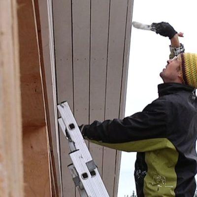 Rakennustyömaiden tyypillisimpiä tapaturmia ovat putoamiset.