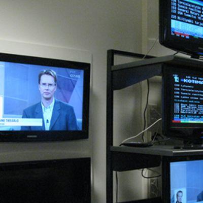 Kuvassa televisoita, joissa tekstitv:t auki.