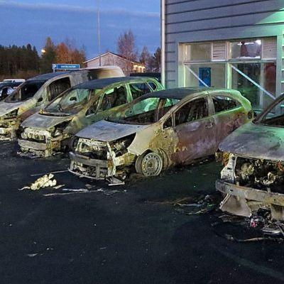 Pörhön poltetut autot