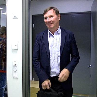 Jukka Gustafsson saapumassa Yle Tampereen studioon