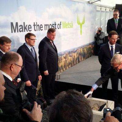Äänekosken biotuotetehtaan peruskivi on muurattu: muurausvuorossa rakennustyömaan pääluottamusmies Ari Harlamow, seuraavina vuoroaan odottavat EU komission varapuheenjohtaja Jyrki Katainen ja Metsä Groupin pääjohtaja Kari Jordan.