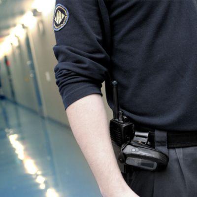 Vartija kävelee Kuopion vankilan käytävällä.