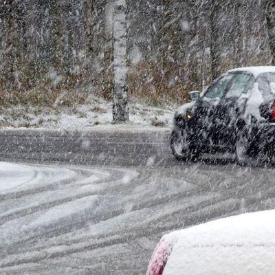 Kuvassa auto kääntymässä risteyksestä Kokkolassa ensilumen aikaan.