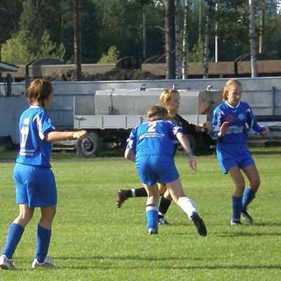 Kuvassa Kälviän Tarmon jalkapalloilijoita jalkapallokentällä pelaamassa
