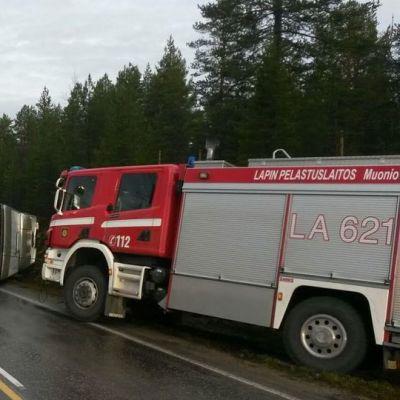 Enontekiöllä sattui torstaiaamuna onnettomuus, jossa bussi kaatui. Neljä ihmistä loukkaantui.