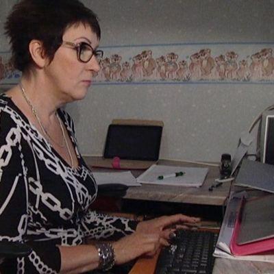 Karita Alanko teki työhuoneessaan musiikkitapahtumaa Seinäjoelle kevytyrittäjänä.